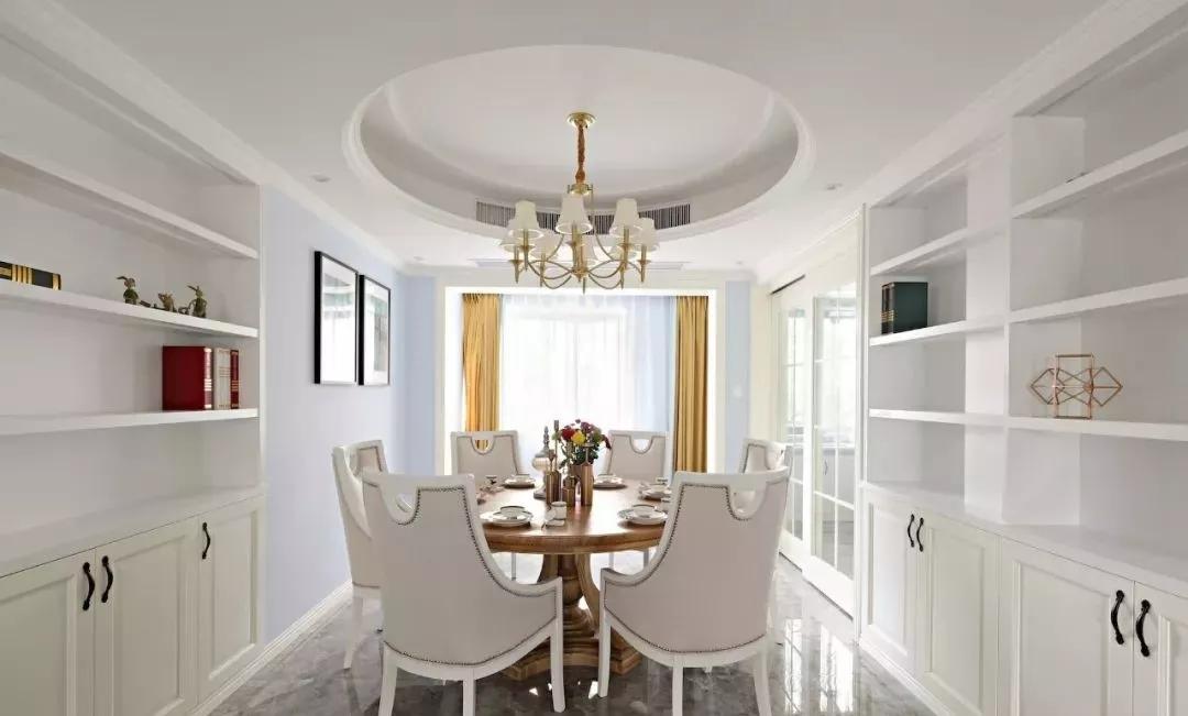 集科曲线系列打造的圆形吊顶适合搭配圆桌,也别有一番风味.
